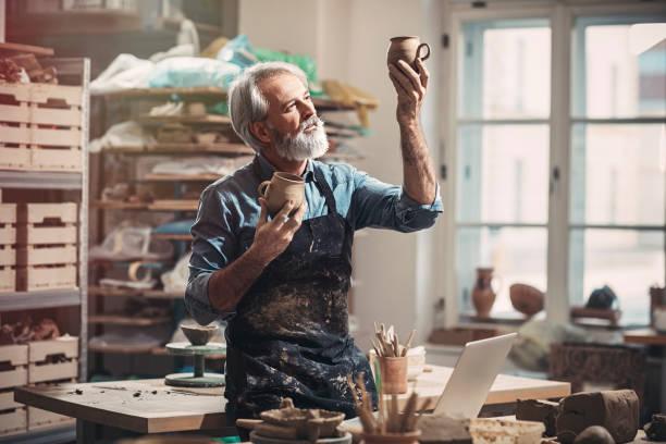 Bärtigen alten Handwerker in Keramikwerkstatt – Foto
