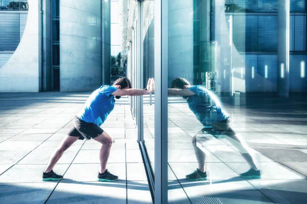 bärtige sportler drängen gegen glas - spiegelung stock-fotos und bilder
