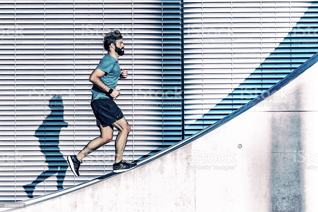 bearded sportsman running up on concrete wall in berlin – Foto