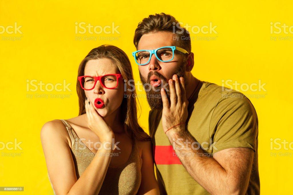 Bärtiger junger Erwachsener Mann und schöne sommersprossige Mädchen – Foto