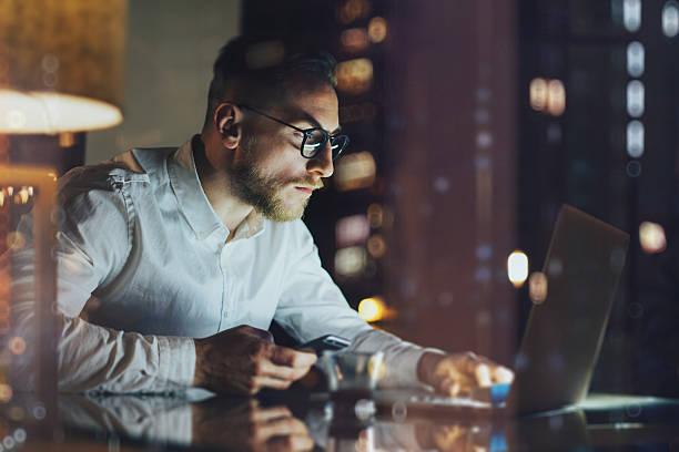 Bärtiger junger Geschäftsmann arbeiten mit modernen Büro bei Nacht Dachboden – Foto