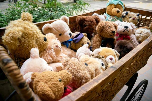 bären als souvenir in einer puppenkutsche - nikolaiviertel stock-fotos und bilder