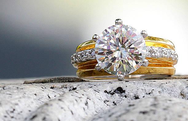 wunderschöne diamant-ring, auf aus granit - diamantschmuck stock-fotos und bilder