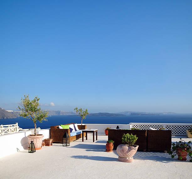 schönen haus und meerlandschaft-xxl - oliven wohnzimmer stock-fotos und bilder