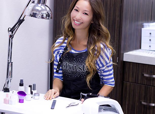 kosmetikerin bei der arbeit - nailstudio stock-fotos und bilder