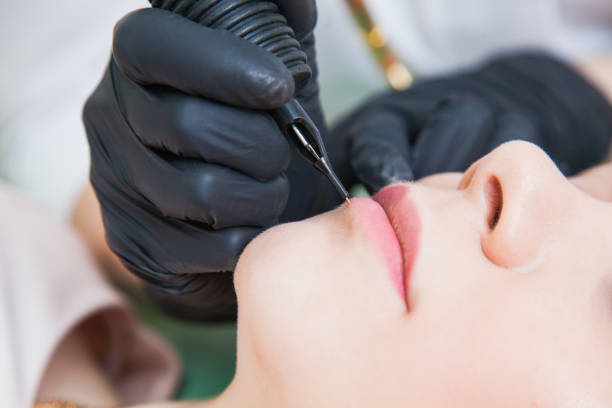 beautician cosmetologist applying permanent makeup - durabilidade imagens e fotografias de stock