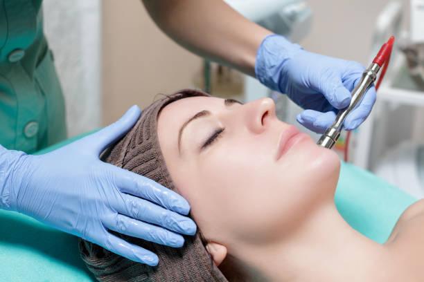 kosmetikerin macht die mechanische reinigung des gesichts. peeling, diamo - gesicht make up anleitungen stock-fotos und bilder