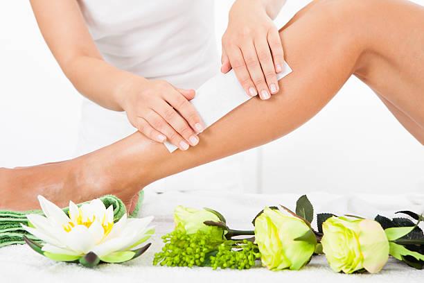 kosmetikerin wachsen frau beine' - wachsblume stock-fotos und bilder