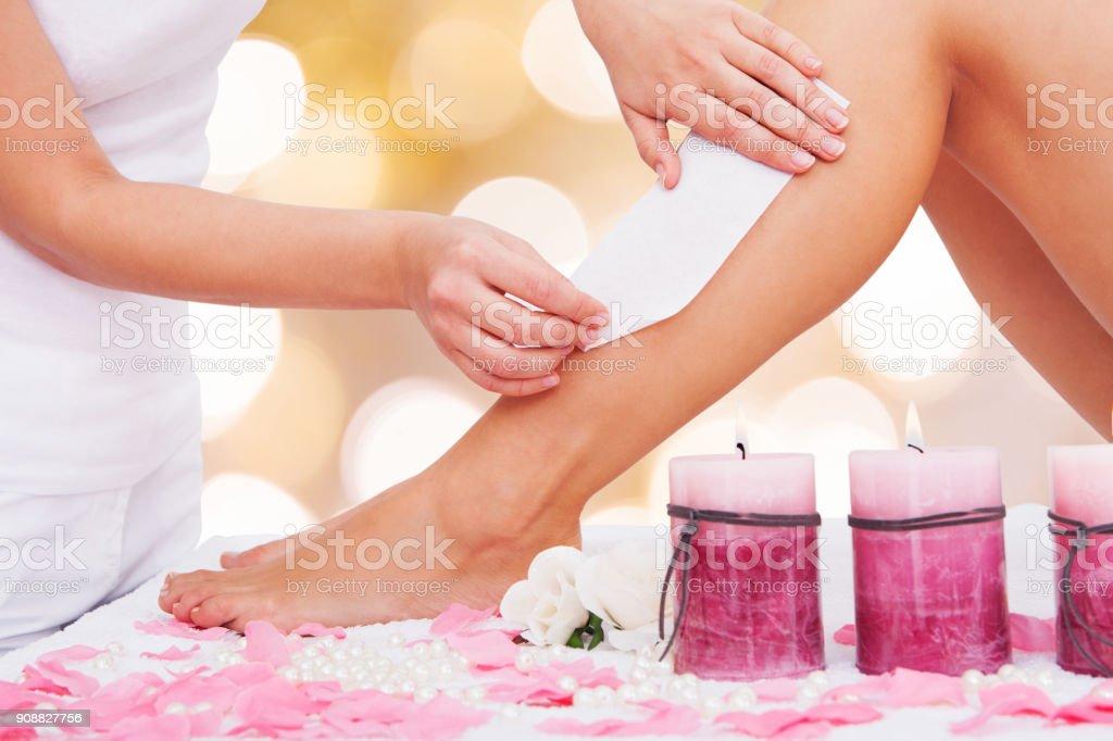 Kosmetikerin wachsen Frau Beine' – Foto