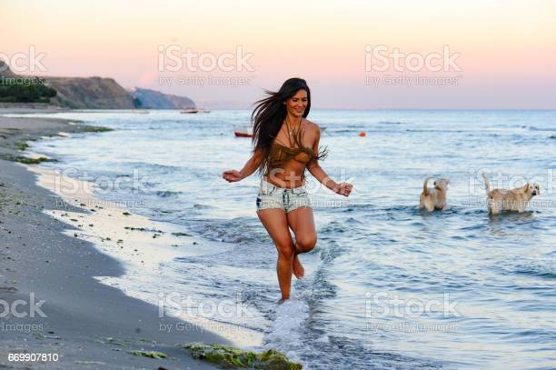 Beautifu woman running on the beach picture id669907810?b=1&k=6&m=669907810&s=612x612&h=muxd7irqk9p7ziuqjndgfzxytpnbrrxtkrj4qkf98t8=