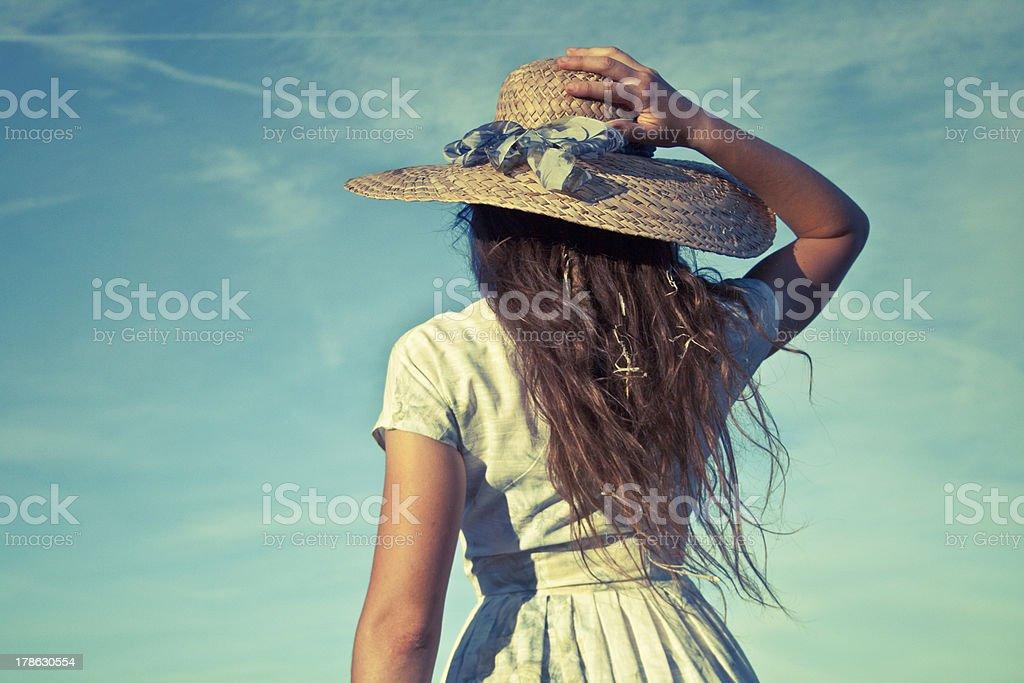 아름다운 키런 왜고너의 복고풍 여자아이 쥠 밀짚모자 그녀의 머리 royalty-free 스톡 사진