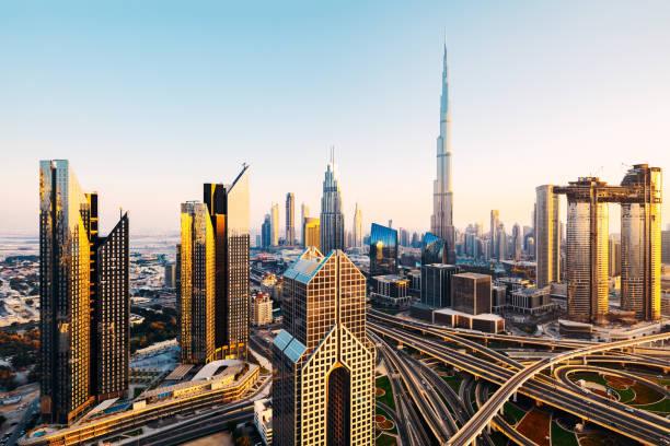 schöne antenne stadtbild mit moderner architektur in dubai bei sonnenuntergang - sheikh zayed road stock-fotos und bilder