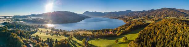 vackra flygbilder flygning vid sjön tegernsee i bayern tyskland. perfekt höst solnedgång med lite dimma i skogen - bayerischer wald bildbanksfoton och bilder