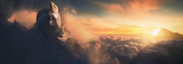 piękny powietrzny krajobraz górskiego szczytu o zachodzie słońca nad chmurami - panoramiczny - bóg zdjęcia i obrazy z banku zdjęć