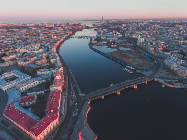 mooie luchtfoto ochtend weergave van sint-petersburg, rusland, het eiland van de vasilievskiy bij zonsopgang, isaacs kathedraal, admiraliteit, palace bridge, stadsgezicht en landschap buiten de stad, opgenomen van drone - neva stockfoto's en -beelden