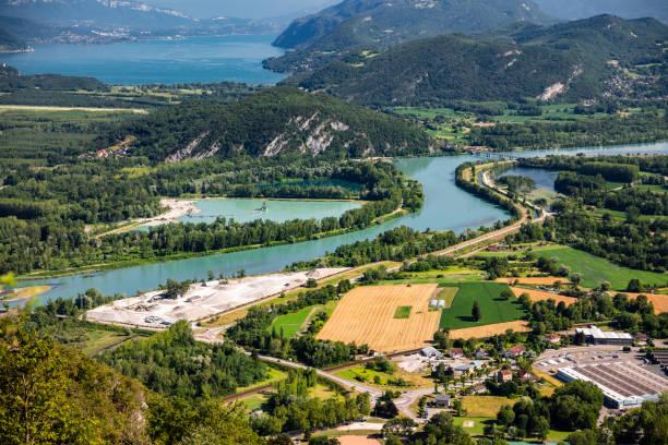 belle vue aérienne français paysage estival vu du sommet du grand colombier au milieu des montagnes du bugey dans le département de l'ain, avec le rhône, les champs verts vibrants et le lac du bourget en savoie - france photos et images de collection