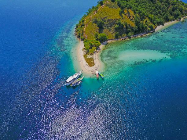 Schöne Luftaufnahme von Stränden und Touristischen Bootssegeln in Flores Island, Indonesien – Foto