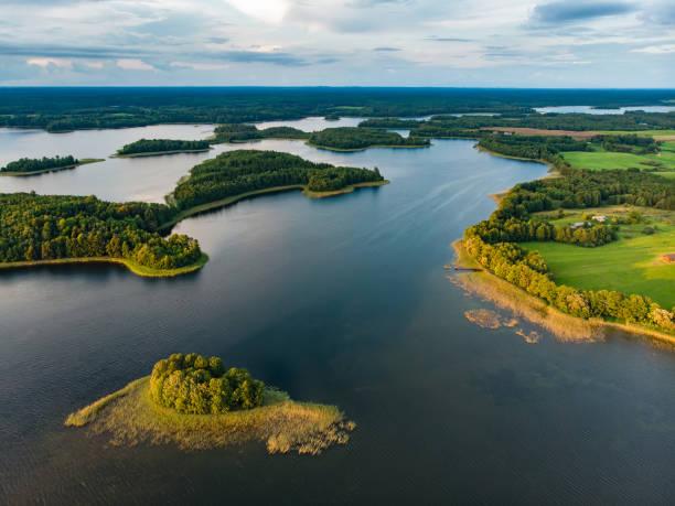 Schöne Luftaufnahme der Region Moletai, berühmt oder seine Seen. Malerische Sommerabendlandschaft in Litauen. – Foto