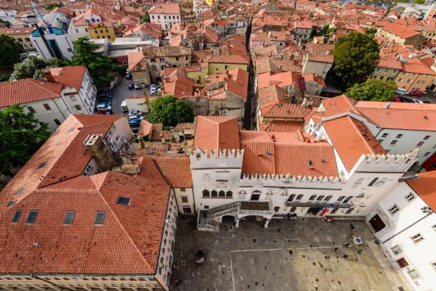 Schöne Luftaufnahme des historischen Zentrums von Koper – Foto
