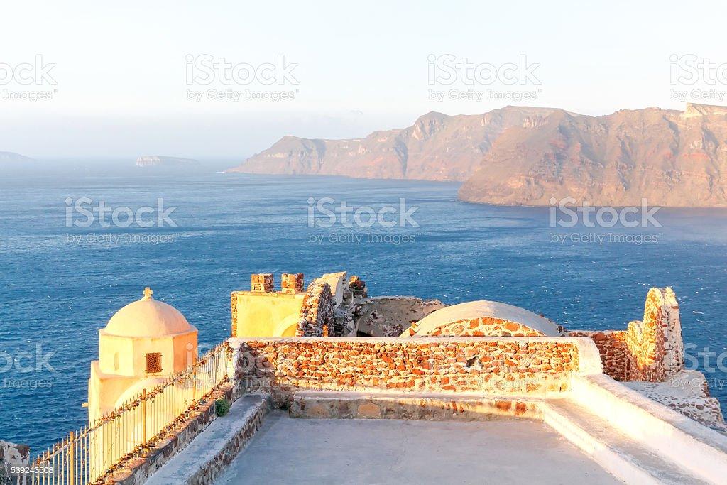 Aérea de la hermosa vista del mar y a la isla de Nea Kameni. foto de stock libre de derechos