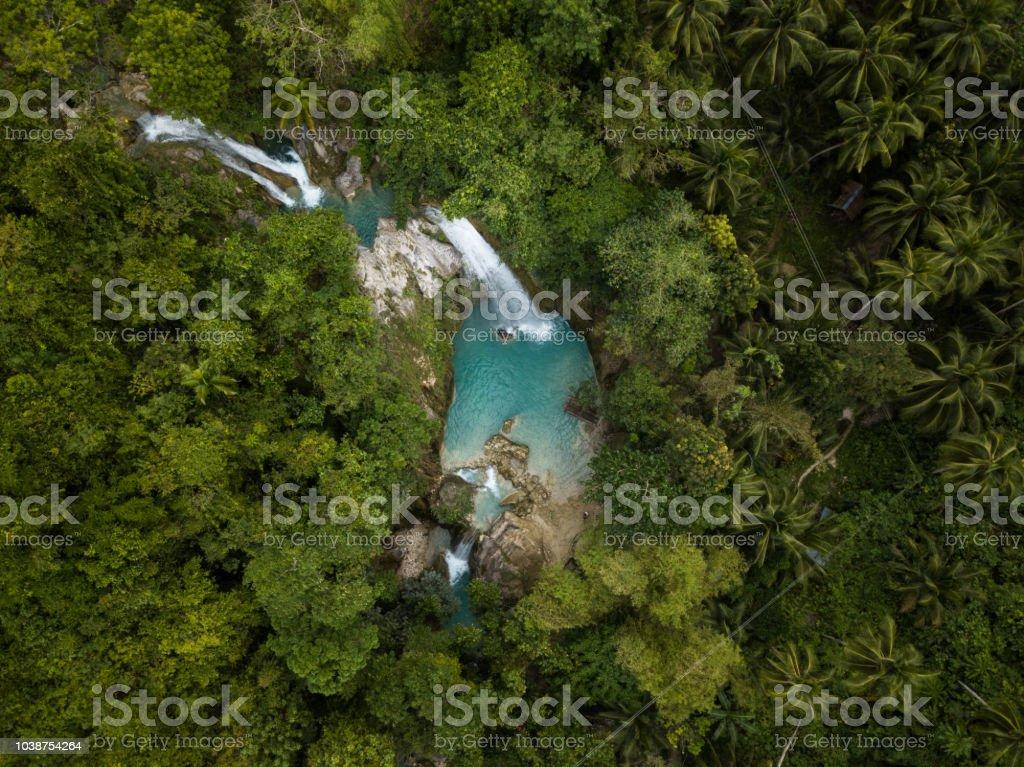 Schöne Luftaufnahme der Wasserfälle in den Philippinen grünen und türkisen Farben, keine Menschen Natur Reisen Reiseziele Konzept Drohne Sicht – Foto
