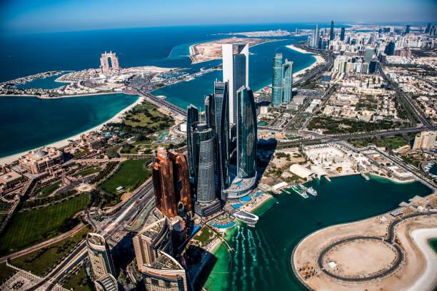 Schöne Aussicht auf die berühmten Wolkenkratzer von Abu Dhabi, aus einem Hubschrauber entnommen, Vereinigte Arabische Emirate – Foto