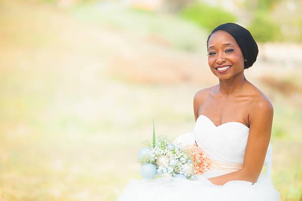 schöne afrikanische amerikanische braut - hochzeitskleid in schwarz stock-fotos und bilder