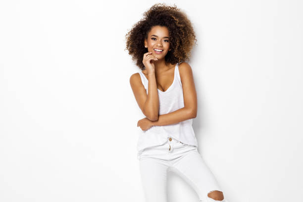 beautiful african american female model - mano sul mento foto e immagini stock