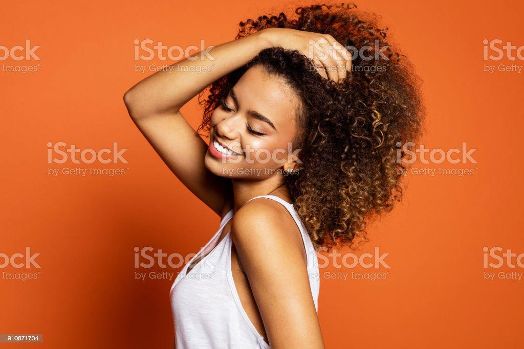 Hermosa modelo mujer afroamericana - foto de stock