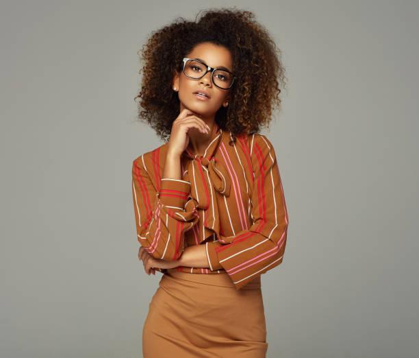 schöne afrikanische amerikanische weibliche modell - damen rock braun stock-fotos und bilder