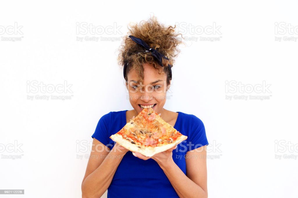 belle fille afro-américaine manger pointe de pizza sur fond blanc - Photo