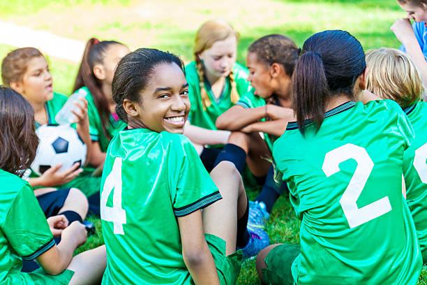 beautiful african american girl smiling with her soccer team - equipa de futebol - fotografias e filmes do acervo