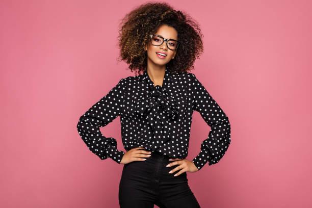 bela modelo americano africano - moda profissional informal - fotografias e filmes do acervo