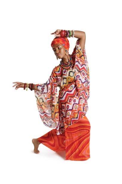 Hermosa mujer afroamericana con ropa tradicional bailando en el estudio - foto de stock