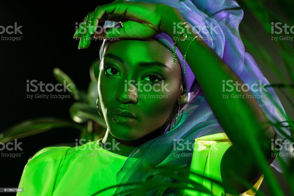 Schöne Afrikanische Amerikanische Frau Im Traditionellen Draht Kopf ...