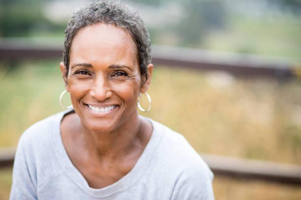 prachtige afrikaanse amerikaanse vrouw senior portret - vrouw 60 stockfoto's en -beelden