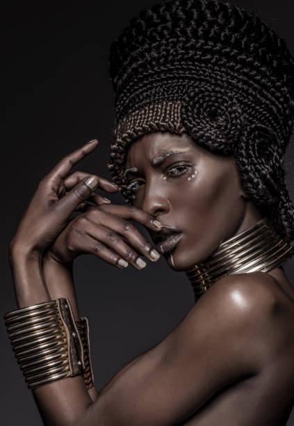 schöne afrikanische nofretete frau - ägyptisches make up stock-fotos und bilder