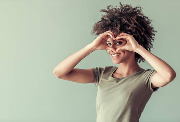 wunderschöne afro amerikanische mädchen - haarschnitt rundes gesicht stock-fotos und bilder