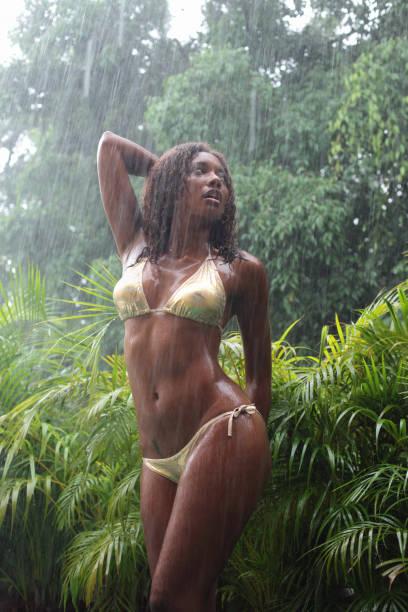 lluvia bosque - mujeres dominicanas fotografías e imágenes de stock