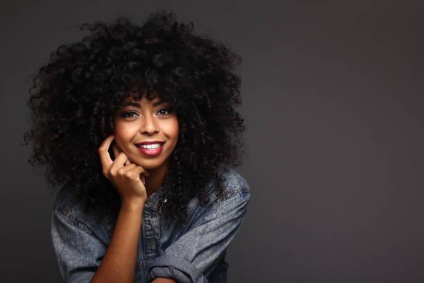 beautiful afro woman - capelli ricci foto e immagini stock