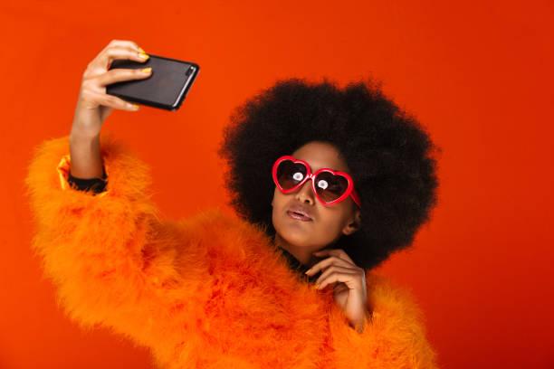 schöne afro frau - editorial stock-fotos und bilder