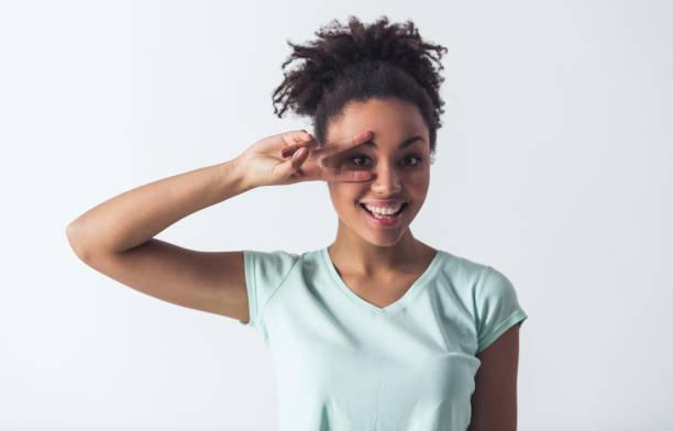 schöne afroamerikanische mädchen - haarschnitt rundes gesicht stock-fotos und bilder
