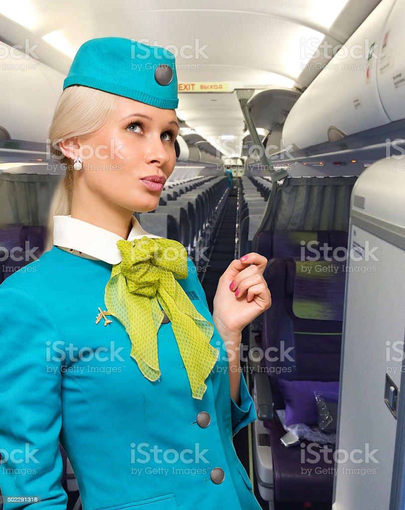 Wunderschöne eine Hostess in einem Flugzeug lächelnd – Foto