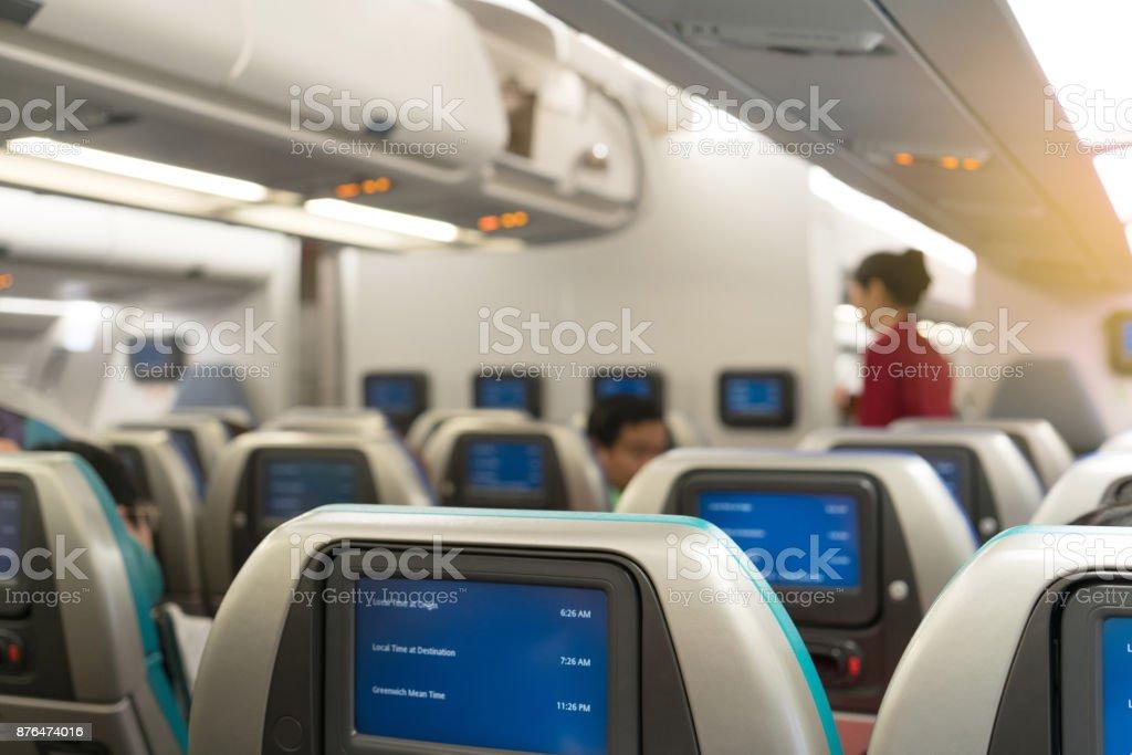 Schöne Luft Hostess oder Kampf verbundenen warten auf Passagiere an Bord im Innenraum Flugzeuge. Kampf-Begleiter mit Karte Zeit auf Monitor. – Foto
