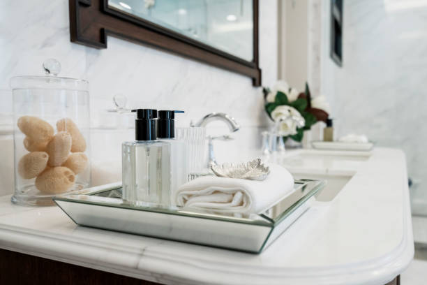 beautiful amenity hotel set on white marble counter in bathroomm - przybory toaletowe zdjęcia i obrazy z banku zdjęć