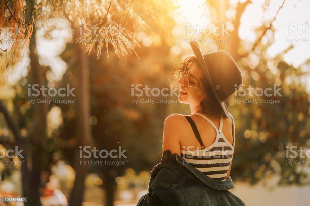 Schöne und fröhliche Frau – Foto