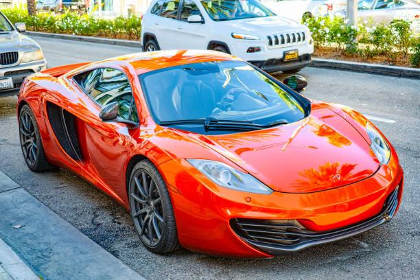 Hollywood şık sokak Rodeo Drive üzerinde güzel ve pahalı spor arabalar. stok fotoğrafı