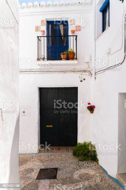 Foto de Bela E Pitoresca Rua Estreita Com Brancas Fachadas De Edifícios Arquitetura Espanhola e mais fotos de stock de Antigo