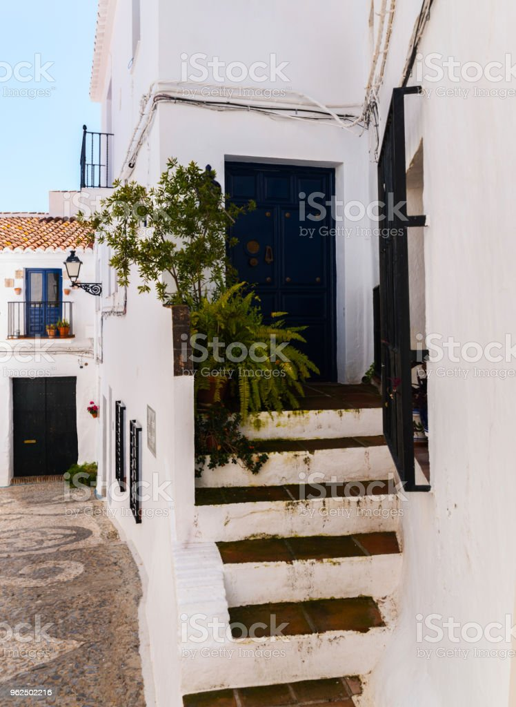 bela e pitoresca rua estreita com brancas fachadas de edifícios, arquitetura espanhola - Foto de stock de Antigo royalty-free