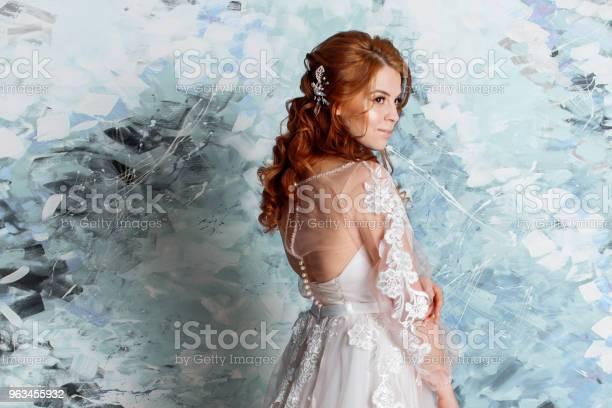 Piękna I Romantyczna Panna Młoda W Sukni Ślubnej Z Długimi Rękawami Młoda Rudowłosa Kobieta W Sukni Ślubnej - zdjęcia stockowe i więcej obrazów Barwne tło